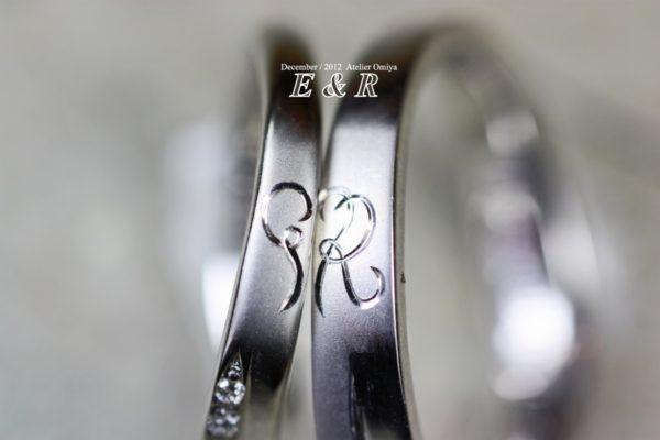 結婚指輪の横に入れたイニシャルEとRでハートをつくる