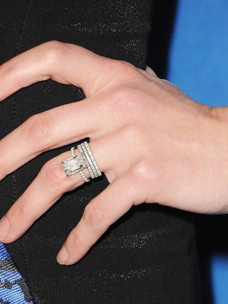 エメラルドカットのダイヤを使った婚約指輪