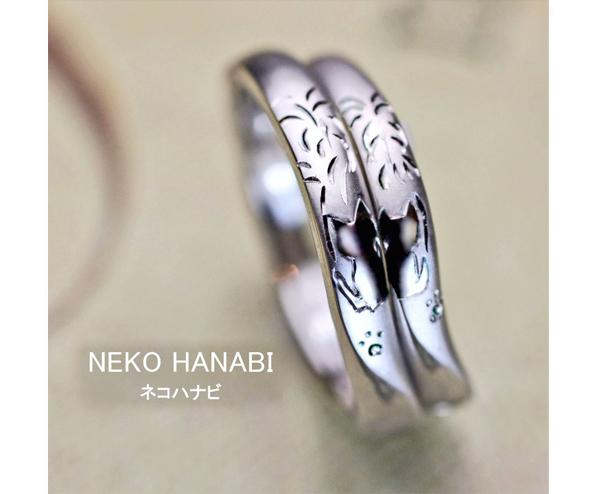 ねこのカップルが花火を見ている模様な結婚指輪