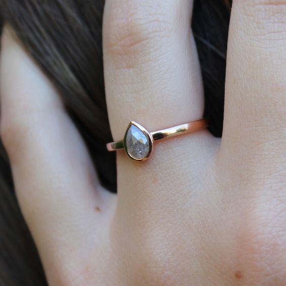 ミニマリズムな可愛いピンクゴールドの婚約指輪