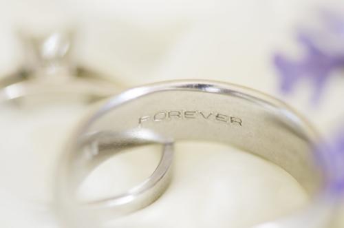 指輪の内側にペアデザインを入れる