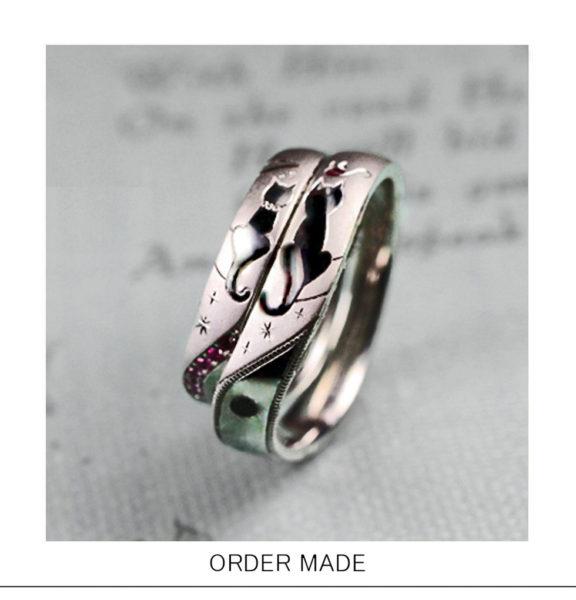 ネコのカップルがシッポでハートをつくる結婚指輪