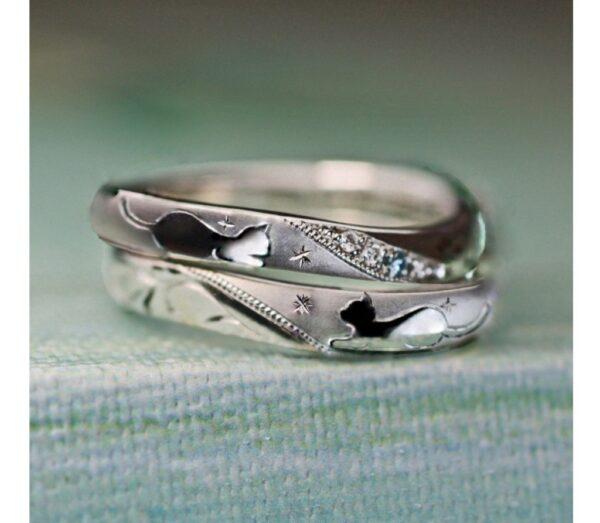 見つめ合うねこの模様の結婚指輪