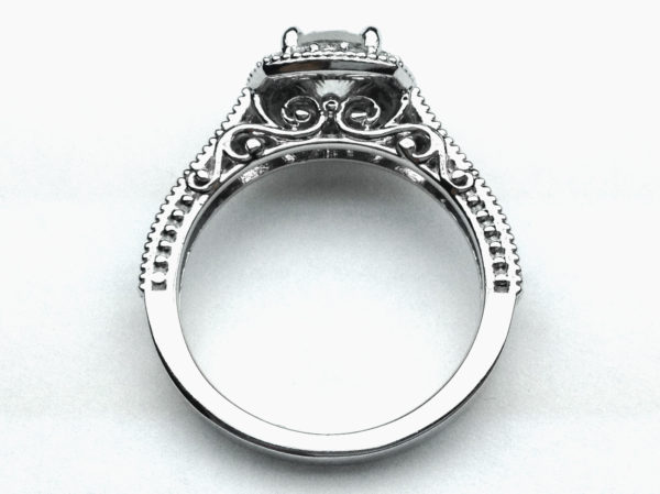 リングのサイドに模様を入れたギャラリースタイルの婚約指輪