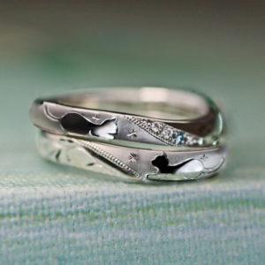 結婚指輪を重ねると【ねこが見つめ合う模様】のオーダーメイド作品