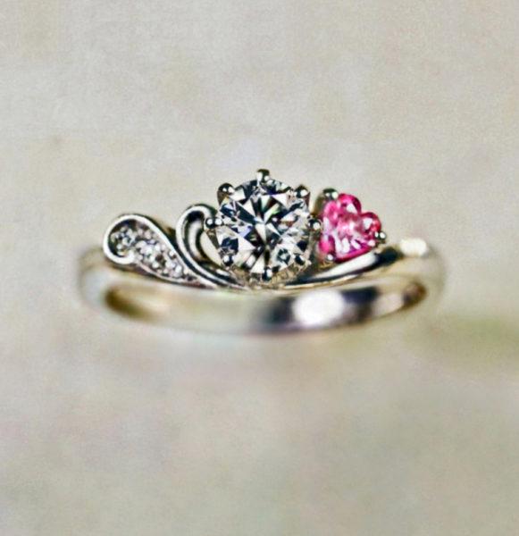 ピンクのストロベリーハートが添えられたプラチナ婚約指輪コレクション