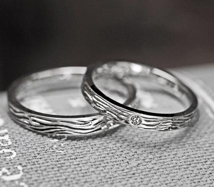プラチナの結婚指輪の表面にタイガー柄をあしらっ  たオーダーメイド作