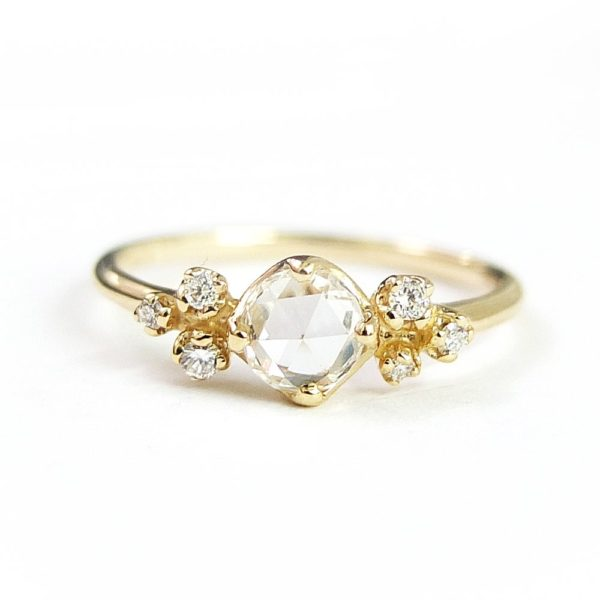 ローズカットのダイヤモンドんセットしたゴールドの婚約指輪