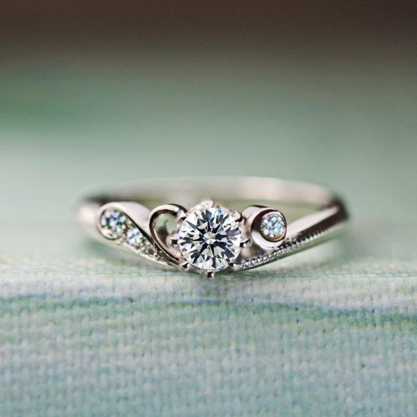 ブルーダイヤモンドの月が添えられたプラチナの婚約指輪オーダー作品