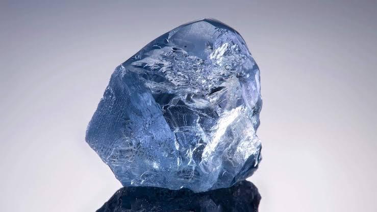 ブルーダイヤモンドの色は原石からの本物です