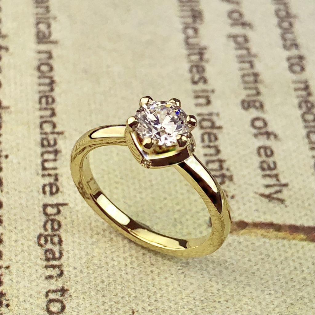 モアサナイトの婚約指輪をゴールドでオーダーデザインしたオリジナル
