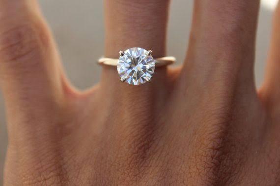 モアサナイトの婚約指輪は低価格