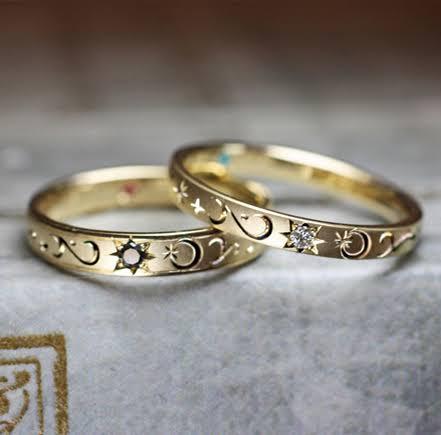 結婚指輪それぞれに月と星の模様を入れたゴールドのオーダーリング