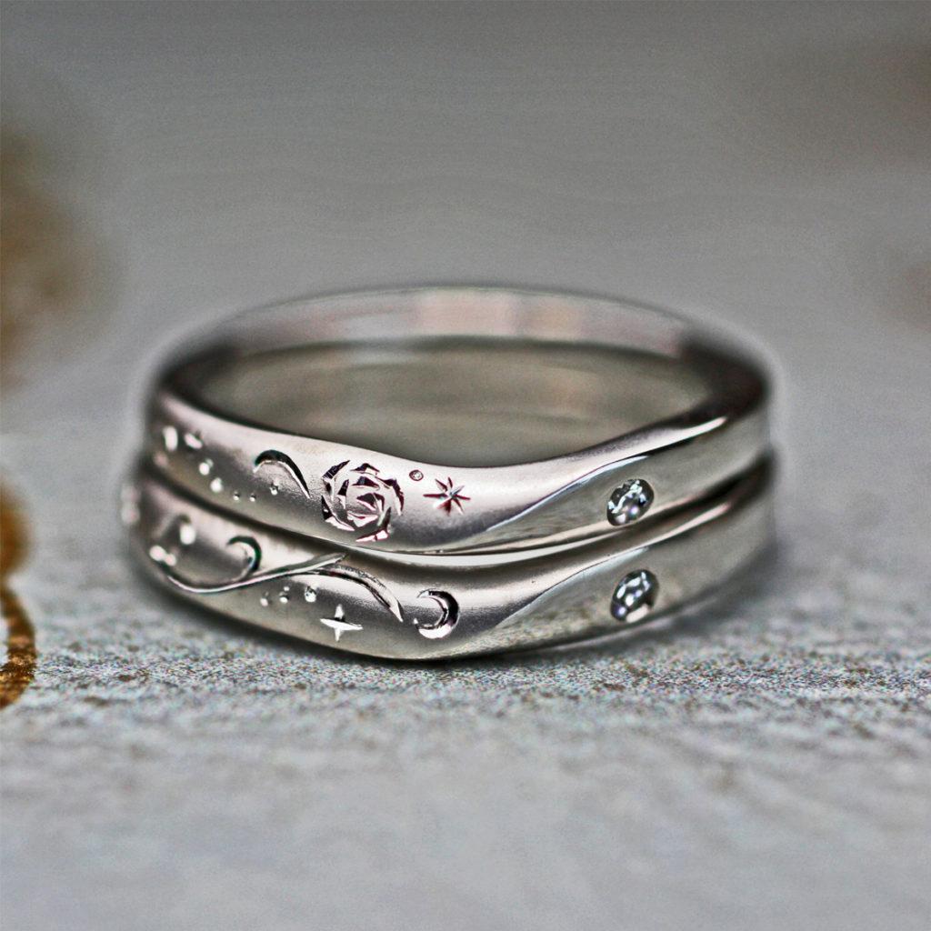 結婚指輪を重ねて月と星とバラの模様を描いたオーダーメイド作品