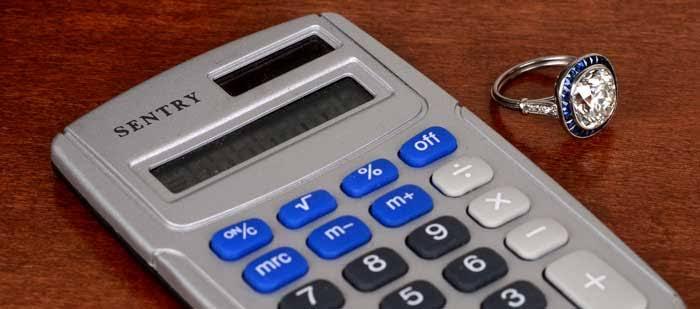 購入予算の範囲内で婚約指輪を探す