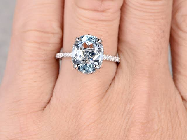 婚約指輪として贈られたい宝石を決める