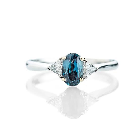 楕円形オーバルカットのアレキサンドライトを使った婚約指輪
