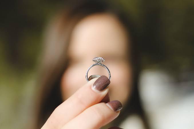 婚約指輪と挙式の減少は比例している