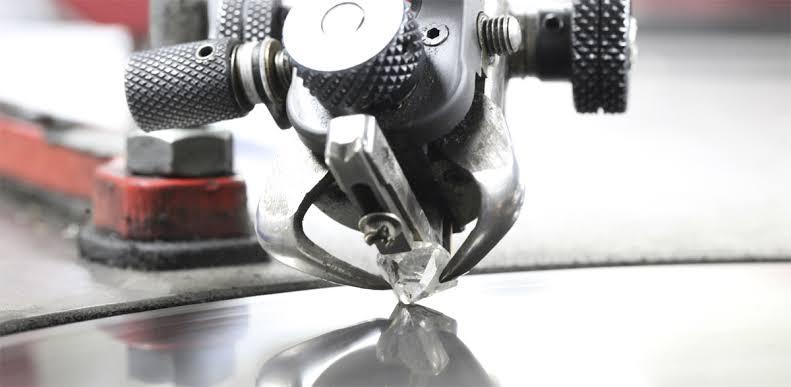 熟練職人がダイヤモンドを最高品質にカットすると小さくなる!