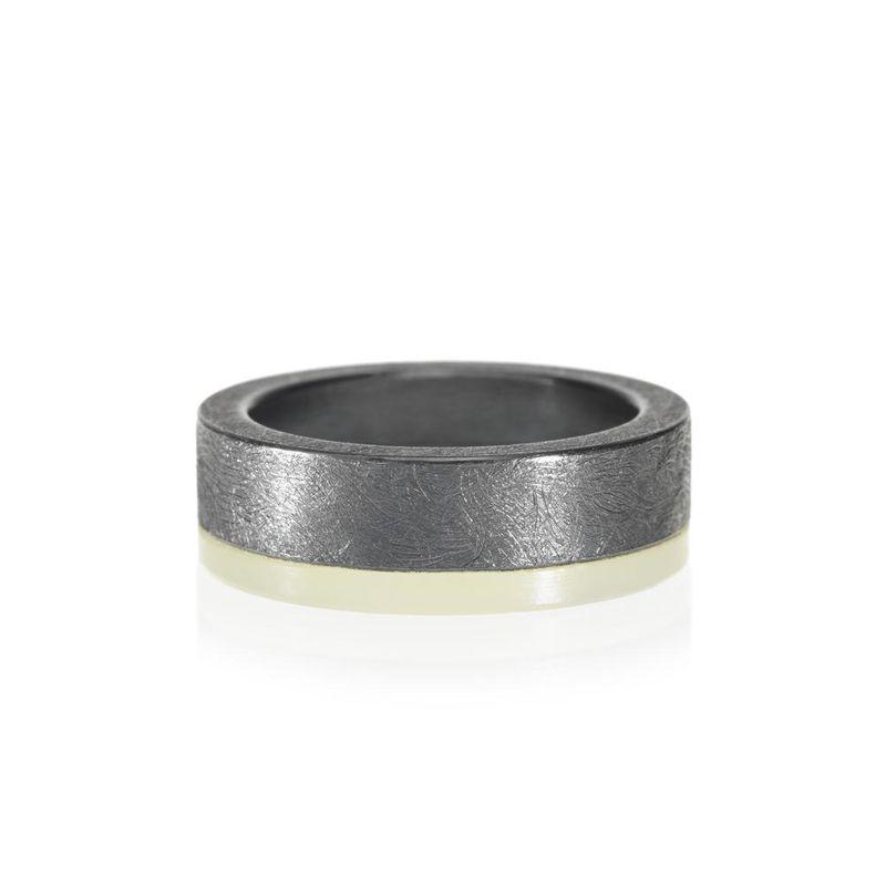 ブラックシルバーとホワイトゴールドのメンズ結婚指輪