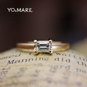 【四角いエメラルドカット】のダイヤをセットしたマットゴールドの婚約指輪