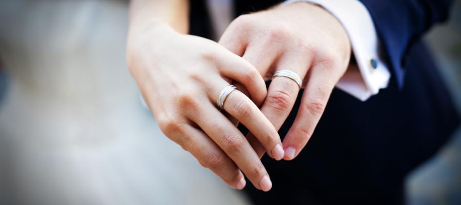 婚約指輪と重ねてつける結婚指輪の3つの基本デザインをオーダーする