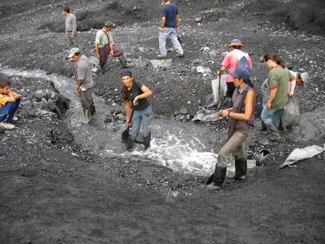 エメラルドの採掘に思い思いのスタイルで地中を掘っている人々