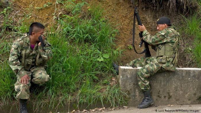 エメラルドのムゾー鉱山へ向かう道中で、ゲリラ武装兵に出会う