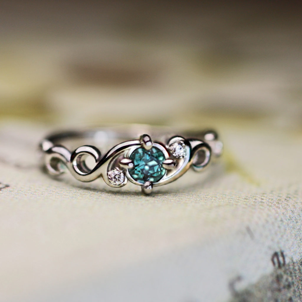 アレキサンドライトの婚約指輪・昼と夜で色が変わるエンゲージリング