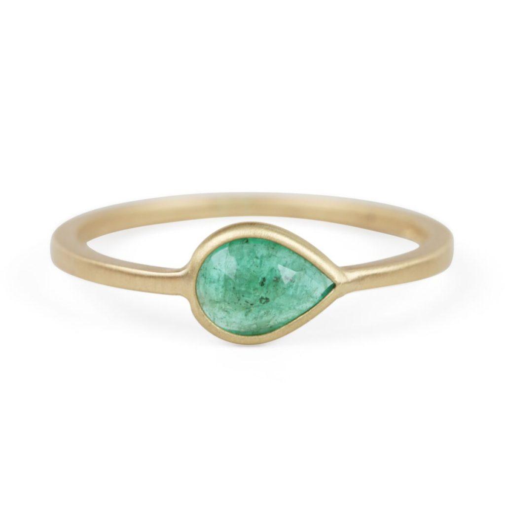 キャットバード・エメラルドのゴールド婚約指輪