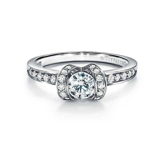 素晴らしいテンションセットダイヤの婚約指輪