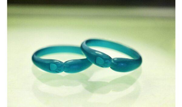 結婚指輪のデザイン模型を提示する