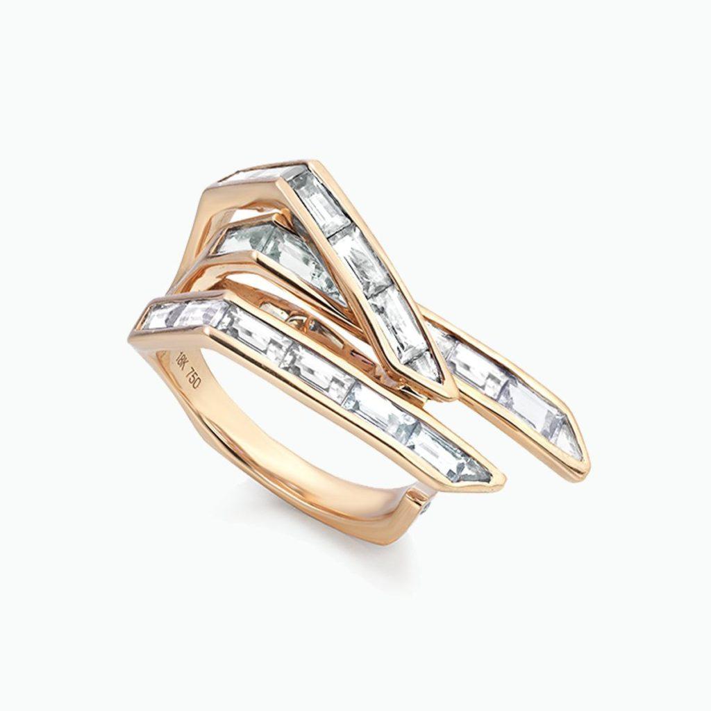 TomaszDonocik・バゲットダイヤを並べて重なりあう指を表面したゴールドリング