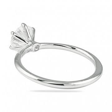 細い爪でダイヤモンドを留める