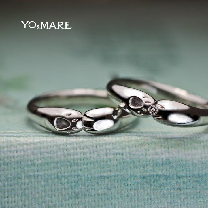 ネコの手でハグしている結婚指輪を遠方よりリモートでオーダーメイド