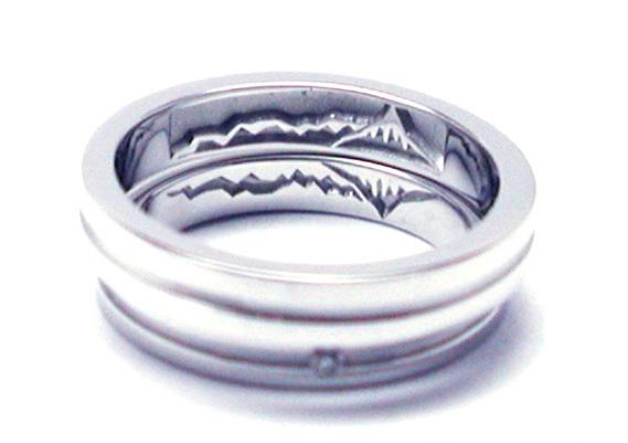 結婚指輪を重ねて山の模様が入った他社様の写真
