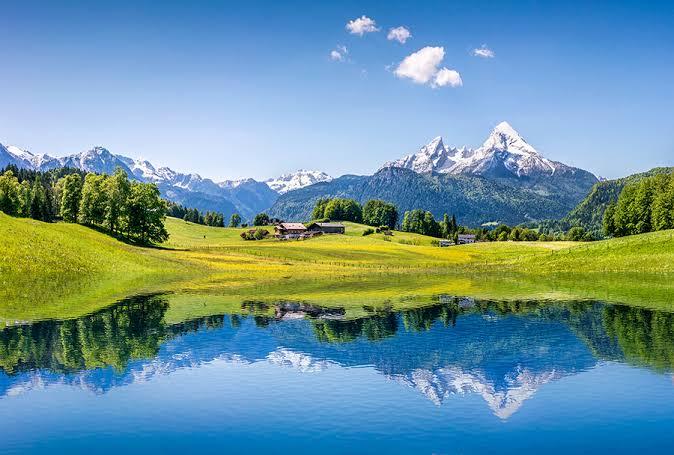 槍ヶ岳が湖面に映った写真
