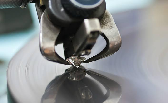 ダイヤモンドの原石にカット面を入れる加工