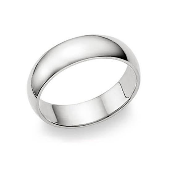 標準的な結婚指輪の内側はリングの内側の形状が平面で、指の表面に対  してまっすぐになっていて、ドーム状の形状にはなっていない