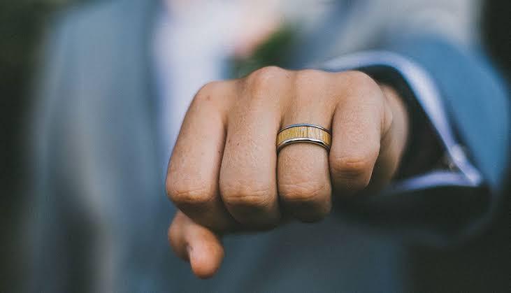 手を握ったり、指を閉じたりした時に結婚指輪のつけ心地を感じる