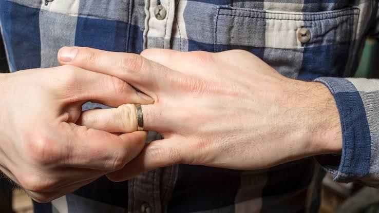 結婚指輪の着けはずしの時につけ心地を感じる