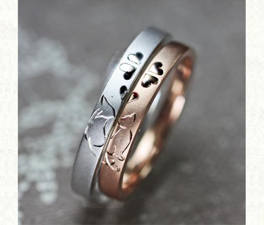 ピンク&白のネコがクローバーでキスするオーダーメイドの結婚指輪 >>