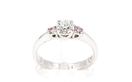 センターダイヤの両サイドにピンクダイヤをセットしたプラチナ婚約指輪