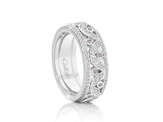 ピンクダイヤが模様の中で輝くプラチナ結婚指輪