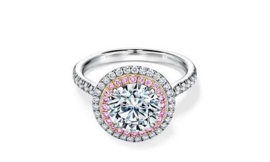 センターダイヤな周りにピンクダイヤを取り巻いた プラチナの婚約指輪
