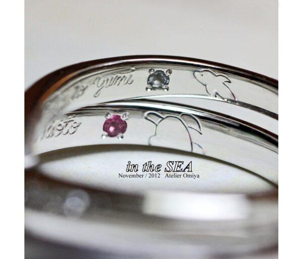 結婚指輪の内側にカメとイルカの模様、誕生石を入れたオーダー作品
