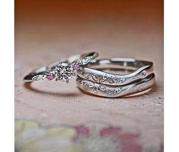 さくら模様の結婚指輪と婚約指輪のセットリング