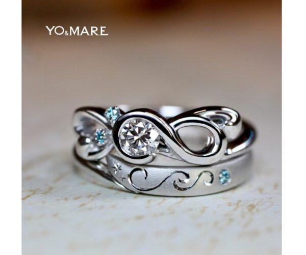 ト音記号の婚約指輪と結婚指輪をの柄を重ねてハートを作る