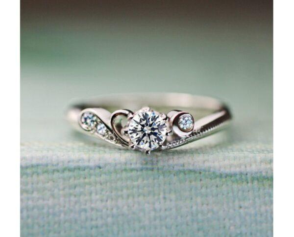 ブルーダイヤの三日月を添えた婚約指輪