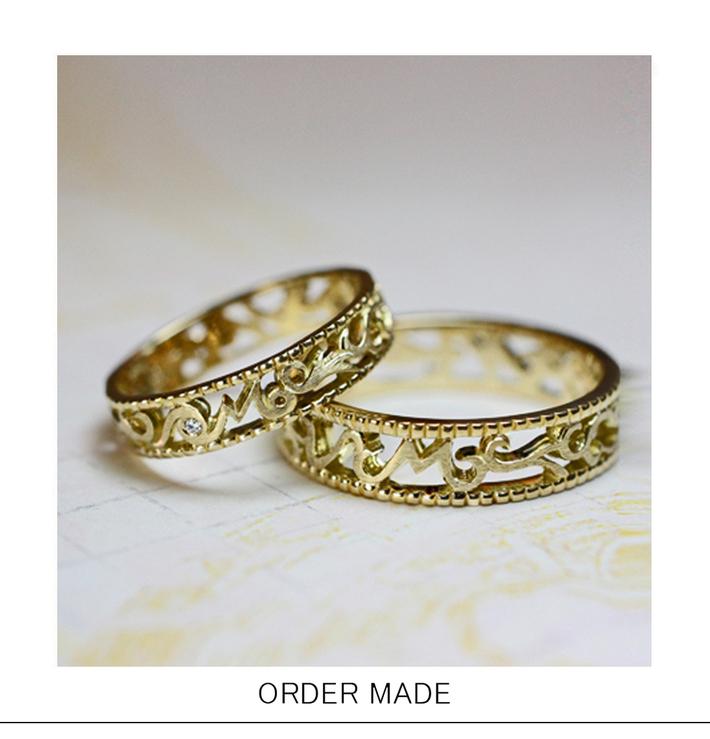イニシャル 『 M 』 が欄間(ランマ)のような 透かし模様でデザインされたゴールドのオーダーメイド結婚指輪のサムネイル